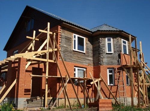 Деревянный дом в кирпиче