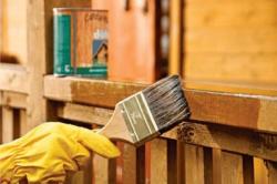Обработка древесины кистью