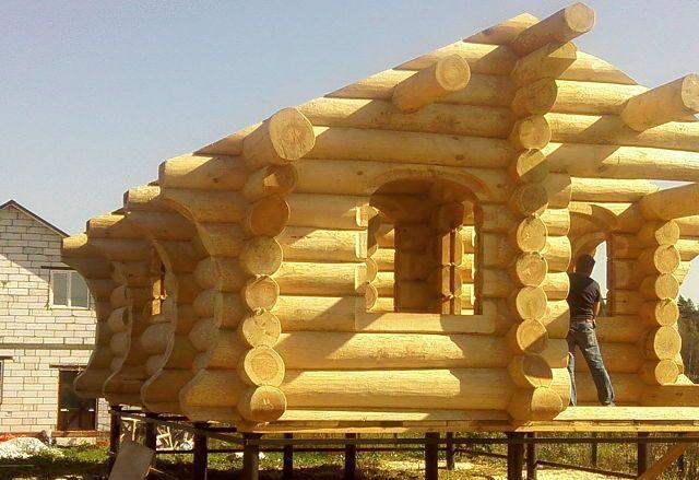 Дом из бревна на сваях