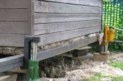 Подъем деревянного дома с помощью домкратов
