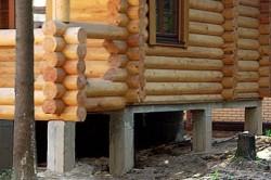 Дом из бревна на столбчатом фундаменте